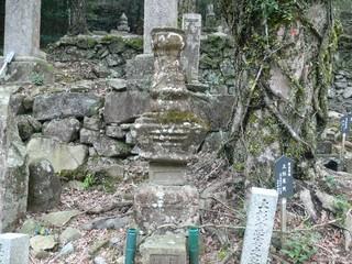 関東管領上杉憲実の墓.jpg